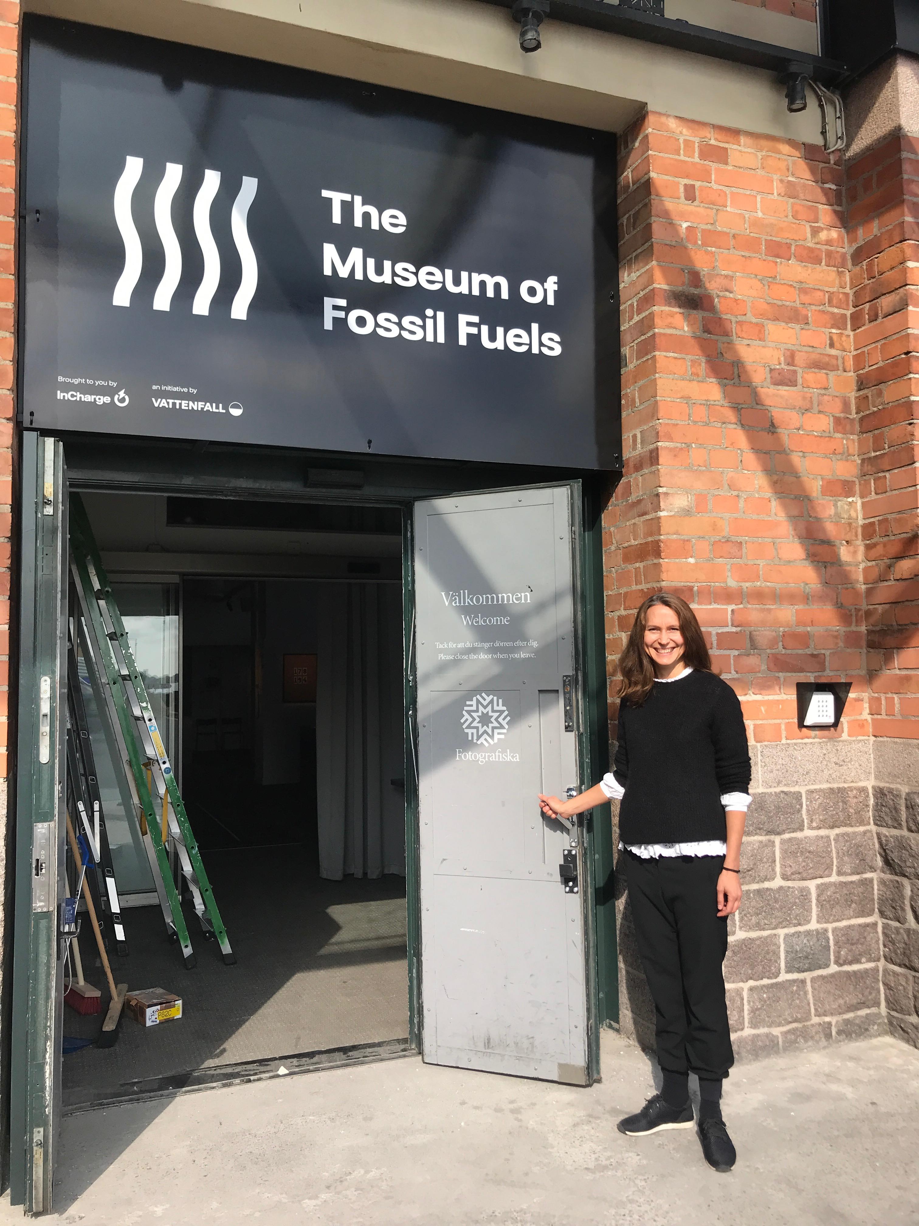 Susanna Hurtig à l'entrée du musée