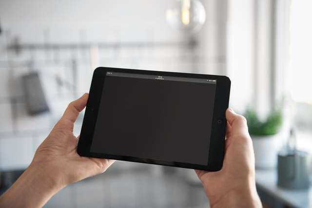 Mains qui tiennent une tablette