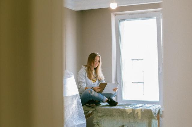 Femme assise sur une table